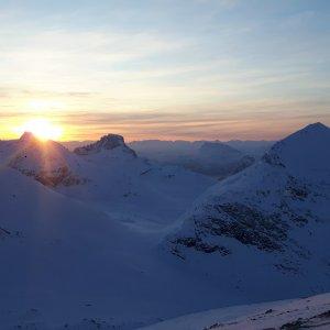 Solen titter fram over fjelltoppene 20.01-18